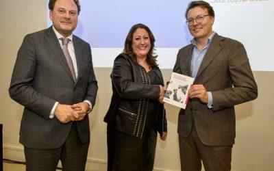 Managing Director VFA Solutions overhandigt position paper aan Prins Constantijn